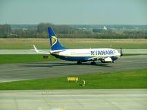 Ryanair flygplan som åker taxi i den Katowice flygplatsen Fotografering för Bildbyråer