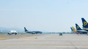 Ryanair flygplan som stiger ombord och tar av Arkivfoto