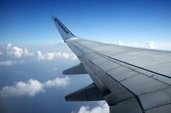 Ryanair flygplan - vinge Royaltyfria Foton