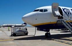 Ryanair-het vliegtuig bij een luchthaven wordt van brandstof voorzien stock foto's