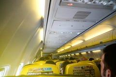 Ryanair inre av det moderna flygplanet med att resa för folk Royaltyfri Fotografi