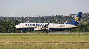 Ryanair-luchtvaartlijn, vliegtuig die, Boeing 737, EI-EST, aanraking, rook, baan neer landen stock afbeelding