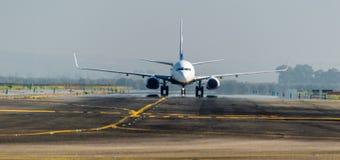 Ryanair på landningsbanan Royaltyfria Bilder
