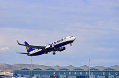 Ryanair planieren über Flughafenabfertigungsgebäude-Gebäude Lizenzfreie Stockbilder