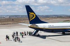 Ryanair samolotowy abordaż przy pasem startowym Fotografia Stock