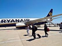 Ryanair-vliegtuig bij een luchthaven met mensen royalty-vrije stock foto's