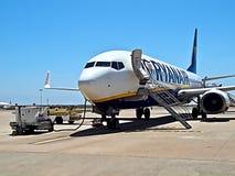 Ryanair-vliegtuig bij een luchthaven royalty-vrije stock foto