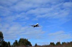 Ryanair-vliegtuig die bij Lavacolla Luchthaven landen Santiago de Compostela, Spanje, 23 Februari 2019 stock foto's