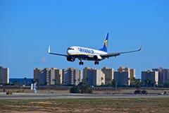 Ryanair volant bas à l'aéroport d'Alicante Image stock