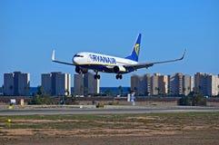 Ryanair volant bas à l'aéroport d'Alicante Image libre de droits