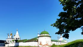 Ryazan Κρεμλίνο, εκκλησία του Epiphany και ο τοίχος του Κρεμλίνου Ry Στοκ Φωτογραφία