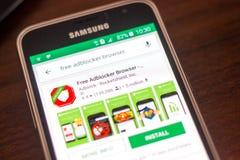 Ryazan, Ρωσία - 4 Μαΐου 2018: Ελεύθερο εικονίδιο μηχανών αναζήτησης Adblocker στον κατάλογο κινητών apps στην επίδειξη του τηλεφώ Στοκ Φωτογραφίες