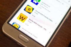 Ryazan, Ρωσία - 4 Μαΐου 2018: Οι λέξεις με το εικονίδιο φίλων στον κατάλογο κινητών apps στην επίδειξη του κυττάρου τηλεφωνούν Στοκ φωτογραφίες με δικαίωμα ελεύθερης χρήσης