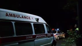 RYAZAN, ΡΩΣΙΑ - 27 ΜΑΐΟΥ 2017: Γύροι ασθενοφόρων στη θέση ατυχήματος που φρουρείται από την αστυνομία τη νύχτα κίνηση αργή φιλμ μικρού μήκους