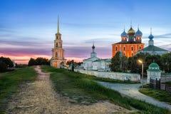 Ryazan het Kremlin bij schemer - mening van verdedigingsgrondwerken royalty-vrije stock foto's