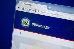 Ryazan, Rússia - 26 de agosto de 2018: Homepage do Web site da embaixada dos E.U. na exposição do PC URL - USEmbassy gov fotos de stock