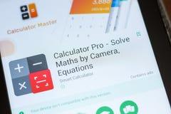 Ryazan, Rússia - 3 de julho de 2018: Calculadora pro - resolva a matemática pela câmera app móvel na exposição do PC da tabuleta fotos de stock