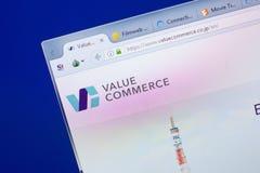 Ryazan, Rússia - 13 de maio de 2018: Avalie o Web site do comércio na exposição do PC, URL - ValueCommerce Co JP fotos de stock royalty free