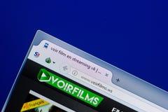 Ryazan, Rússia - 8 de maio de 2018: Web site de Voirfilms na exposição do PC, URL - Voirfilms WS Fotos de Stock