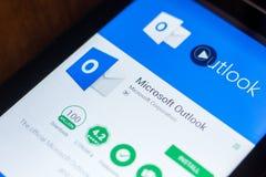 Ryazan, Rússia - 21 de março de 2018 - Microsoft Outlook app móvel na exposição do PC da tabuleta imagem de stock