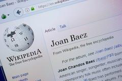 Ryazan, Rússia - 9 de setembro de 2018 - página de Wikipedia sobre Joan Baez em uma exposição do PC fotos de stock