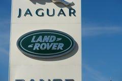 Ryazan, Rússia - 15 podem, 2017: Jaguar, sinal do negócio de Land Rover contra o céu azul fotos de stock royalty free