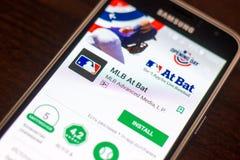 Ryazan Rosja, Maj, - 04, 2018: MLB Przy nietoperz wiszącą ozdobą app na pokazie telefon komórkowy Obraz Stock