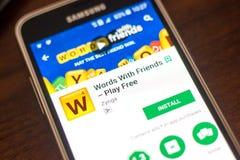 Ryazan Rosja, Maj, - 04, 2018: Słowa Z przyjaciel wiszącą ozdobą app na pokazie telefon komórkowy Fotografia Royalty Free