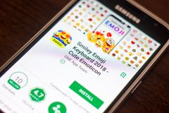 Ryazan Rosja, Maj, - 04, 2018: Smiley Emoji Klawiaturowa wisząca ozdoba app na pokazie telefon komórkowy Obrazy Stock