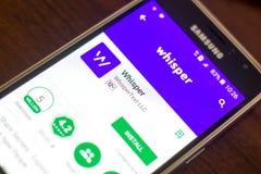 Ryazan Rosja, Maj, - 04, 2018: Szepcze wiszącą ozdobę app na pokazie telefon komórkowy Zdjęcia Royalty Free