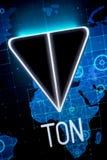 Ryazan, Rusia - 30 de abril de 2018: Logotipo de la red abierta del telegrama - cryptocurrency de la TONELADA en la exhibición de Foto de archivo libre de regalías
