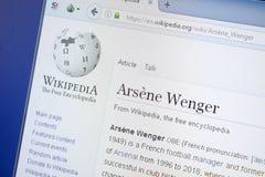 Ryazan, Rusia - 19 de agosto de 2018: Página de Wikipedia sobre Arsene Wenger en la exhibición de la PC fotografía de archivo