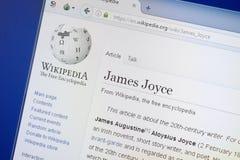 Ryazan, Rusia - 19 de agosto de 2018: Página de Wikipedia sobre James Joyce en la exhibición de la PC imágenes de archivo libres de regalías