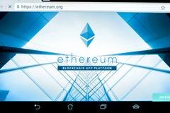 Ryazan, Rusia - 29 de marzo de 2018 - homepage del cryptocurrency de Ethereum en una exhibición de la tableta Fotografía de archivo