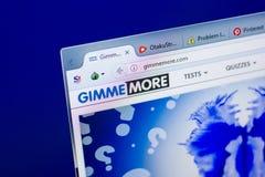 Ryazan, Rusia - 27 de mayo de 2018: Homepage del sitio web de GimmeMore en la exhibición de la PC, URL - GimmeMore com fotografía de archivo libre de regalías