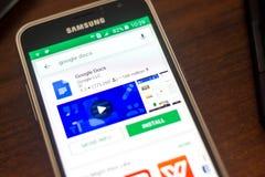 Ryazan, Rusia - 4 de mayo de 2018: Icono de Google doc. en la lista de apps móviles en la exhibición del teléfono celular imagen de archivo