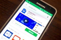 Ryazan, Rusia - 4 de mayo de 2018: Icono de Google doc. en la lista de apps móviles en la exhibición del teléfono celular fotos de archivo libres de regalías