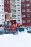 RYAZAN, RUSIA - DICIEMBRE, 15, 2016 - calle de la limpieza de la niveladora de la nieve en invierno nevoso Imagenes de archivo