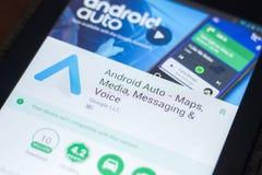 Ryazan, Rusland - April 19, 2018 - Android Auto mobiele app op de vertoning van tabletpc stock foto's