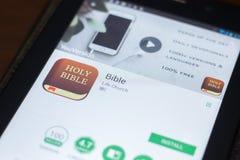 Ryazan, Rusland - April 19, 2018 - Bijbel mobiele app op de vertoning van tabletpc royalty-vrije stock afbeeldingen