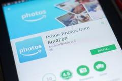 Ryazan, Rusland - April 19, 2018 - Eerste Foto's van Amazonië mobiele app op de vertoning van tabletpc royalty-vrije stock afbeelding