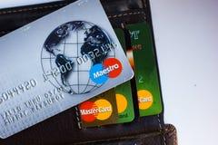Ryazan, Rusland - Februari 27, 2018: Creditcard van Maëstro'smerk meer dan de leerportefeuille en het aantal kaarten stock foto's