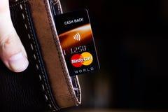 Ryazan, Rusland - Februari 27, 2018: Krediet of debetkaart van Mastercard-merk in een leerportefeuille stock fotografie