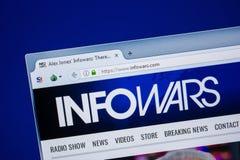 Ryazan, Rusland - Juli 24, 2018: Homepage van InfoWars-website op de vertoning van PC Url - InfoWars com stock foto