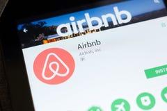 Ryazan, Rusland - Juni 24, 2018: Airbnb mobiele app op de vertoning van tabletpc stock foto