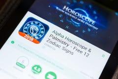 Ryazan, Rusland - Juni 24, 2018: Alpha Horoscope en Handlijnkunde mobiele app op de vertoning van tabletpc royalty-vrije stock foto
