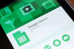 Ryazan, Rusland - Juni 24, 2018: Google-Bladen mobiele app op de vertoning van tabletpc stock foto