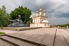Ryazan, Rusland op 7 Augustus 2013, een Kerk en een monument aan dichter Sergey Yesenin Stock Foto