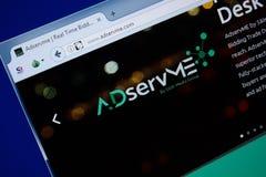 Ryazan, Rusland - September 09, 2018: Homepage van Advertentie Serv me website op de vertoning van PC, url - AdServMe com stock foto
