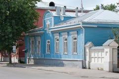 Ryazan Ryssland - Augusti 2017 Härligt gammalt trähus med sned garneringar Arkivfoton